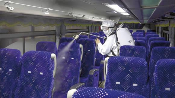 噴霧器で空間噴霧 バス車内の除菌作業